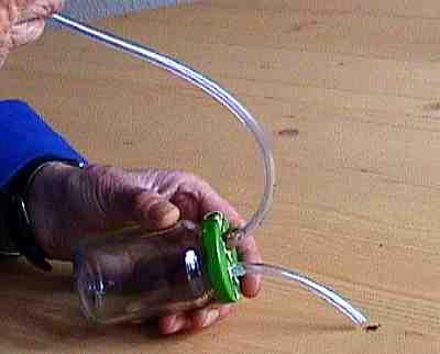 Wenn der käfer oder das insekt in das glas gesaugt ist, öffnestdu